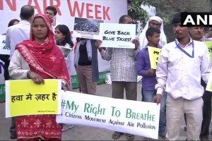 नई दिल्ली स्थित पर्यावरण भवन के बाहर बढ़ते प्रदूषण के ख़िलाफ़ प्रदर्शन करते लोग. (फोटो: पीटीआई)