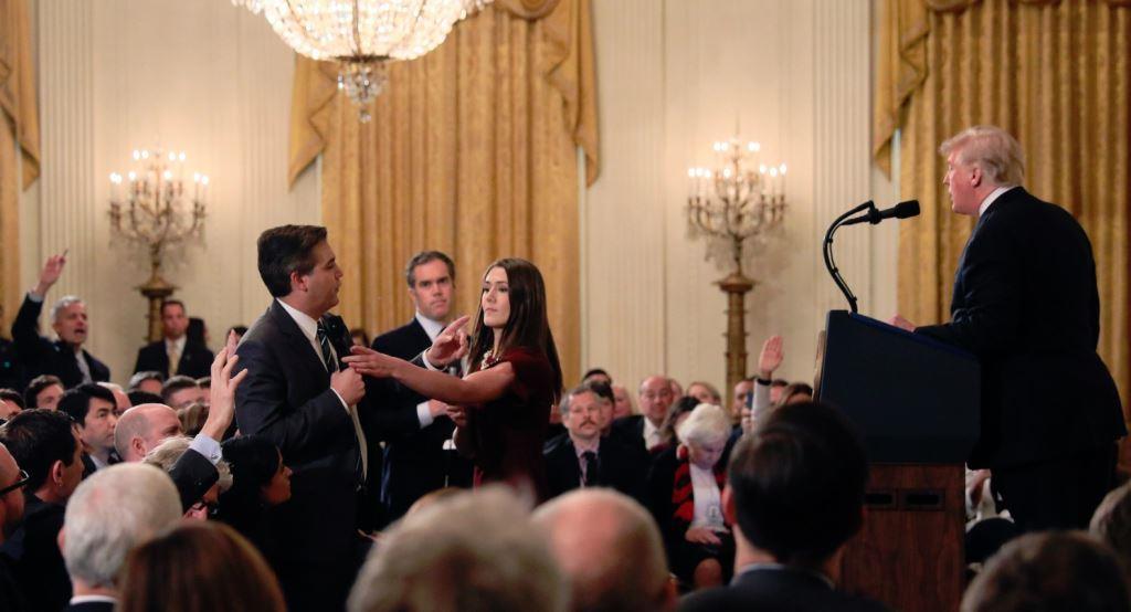 अमेरिकी राष्ट्रपति डोनाल्ड ट्रंप से सीएनएन संवाददाता जिम अकोस्टा को सवाल पूछने से रोक रहीं ह्वाइट हाउस की इंटर्न. (फोटो साभार: ट्विटर/@FrankByNature)