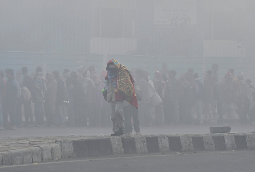 New Delhi: An elderly man wrapped in warm clothes on a cold, foggy morning, in New Delhi, Sunday, Dec. 23, 2018. (PTI Photo/Ravi Choudhary) (PTI12_23_2018_000064)