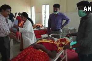 कर्नाटक के चामराजनगर ज़िले में प्रसाद खाने के बाद बीमार लोगों को अस्पताल में भर्ती कराया गया है. (फोटो साभार: एएनआई)