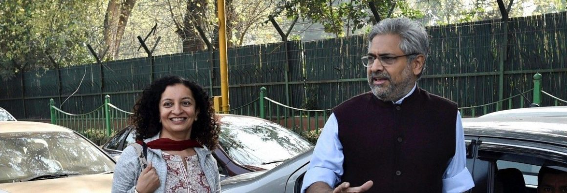 पटियाला हाउस कोर्ट के बाहर द वायर के संस्थापक संपादक सिद्धार्थ वरदराजन के साथ पत्रकार प्रिया रमानी. (फोटो: पीटीआई)
