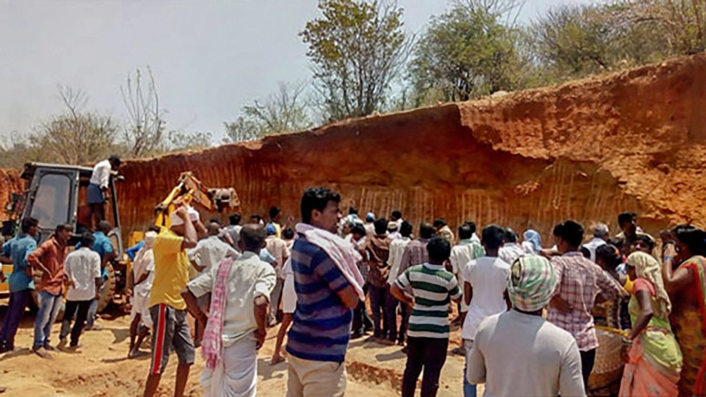 **BEST QUALITY AVAILABLE** Narayanpet: People gather at the site where many labourers reportedly died after a mound of earth collapsed on them, at Narayanpet district, Telangana, Wednesday, April 10, 2019. (PTI Photo)(PTI4_10_2019_000049B)