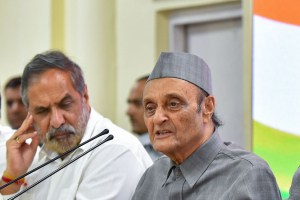 New Delhi: Senior Congress leader Dr Karan Singh addresses the media as party leaders (L-R) Anand Sharma, Ghulam Nabi Azad, Ambika Soni and P Chidambaram look on, in New Delhi, Saturday, Aug 3, 2019. (PTI Photo/Kamal Kishore) (PTI8_3_2019_000156B)
