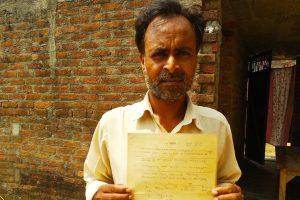 अमर राम, जिन्हें 17 साल पहले जमीन के हक का पर्चा मिला था, लेकिन उन्हें कब्जा अब तक नहीं मिल सका है. (फोटो: उमेश कुमार राय)