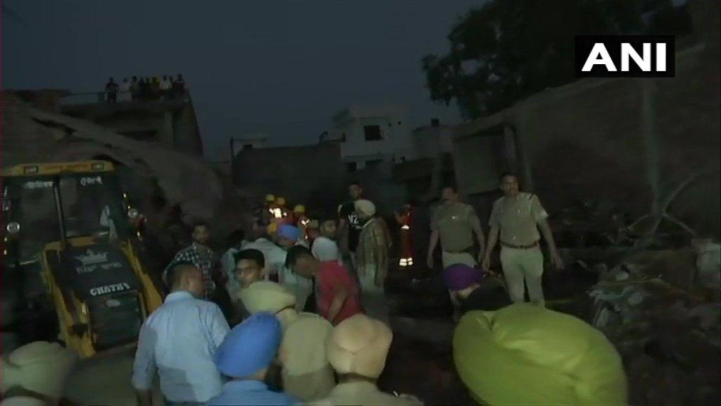 गुरदासपुर में हुए हादसे के बाद मौके पर पहुंची पुलिस. (फोटो साभार: एएनआई)