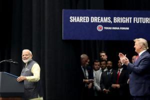 अमेरिका के ह्यूस्टन में 'हाउडी, मोदी' कार्यक्रम के दौरान प्रधानमंत्री नरेंद्र मोदी और राष्ट्रपति डोनाल्ड ट्रंप. (फोटो: रॉयटर्स)
