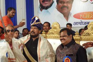आरपीआई प्रमुख रामदास आठवले के साथ छोटा राजन के भाई दीपक निकालजे. (फोटो साभार: फेसबुक)