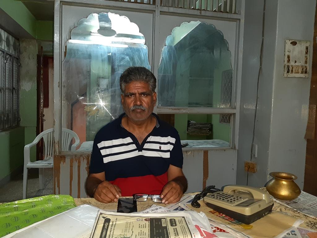 ट्रांसपोर्ट कारोबारी रूप कंवर के भाई गोपाल सिंह राठौड़. (फोटो: माधव शर्मा)