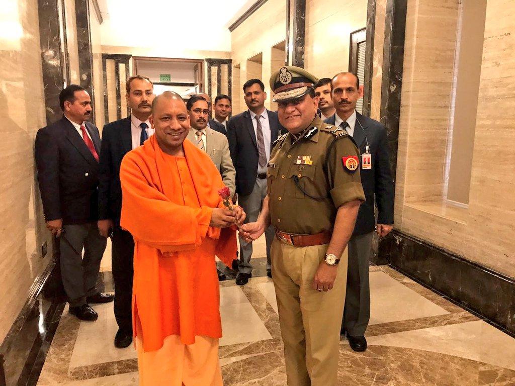 मुख्यमंत्री योगी आदित्यनाथ के साथ उत्तर प्रदेश पुलिस महानिदेशक ओपी सिंह. (फोटो साभार: ट्विटर)