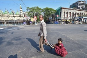Kolkata: A migrant labourer carries his daughter on a trolley bag after he could not find any transport to return to his native place during the nationwide lockdown imposed in the wake of coronavirus pandemic, in Kolkata, Friday, March 27, 2020. (PTI Photo/Swapan Mahapatra)(PTI27-03-2020 000111B)