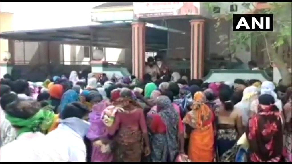 भाजपा विधायक दादाराव केचे के बाहर एकत्र लोग. (फोटो साभार: एएनआई)