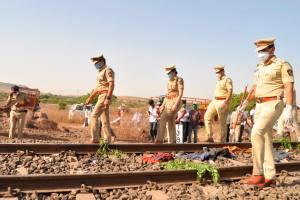 औरंगाबाद जिले में रेलवे ट्रैक पर हुई मजदूरों की मौत के बाद घटनास्थल की जांच करती पुलिस. (फोटो: पीटीआई)