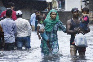 गुजरात के सूरत शहर में भारी बारिश के बाद सड़क पर जमा पानी. (फोटो: पीटीआई)