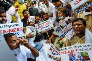 नई दिल्ली में बीते दिनों युवा कांग्रेस कार्यकर्ताओं ने नीट और जेईई स्थगित करने की मांग को लेकर प्रदर्शन किया था. (फोटो: पीटीआई)