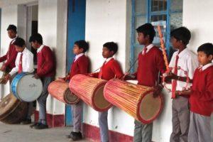 झारखंड के गुमला जिले के डुमरी ब्लॉक गांव में बने एक अंग्रेजी-कुरुख स्कूल के छात्र. (फोटो: जसिंता केरकेट्टा)