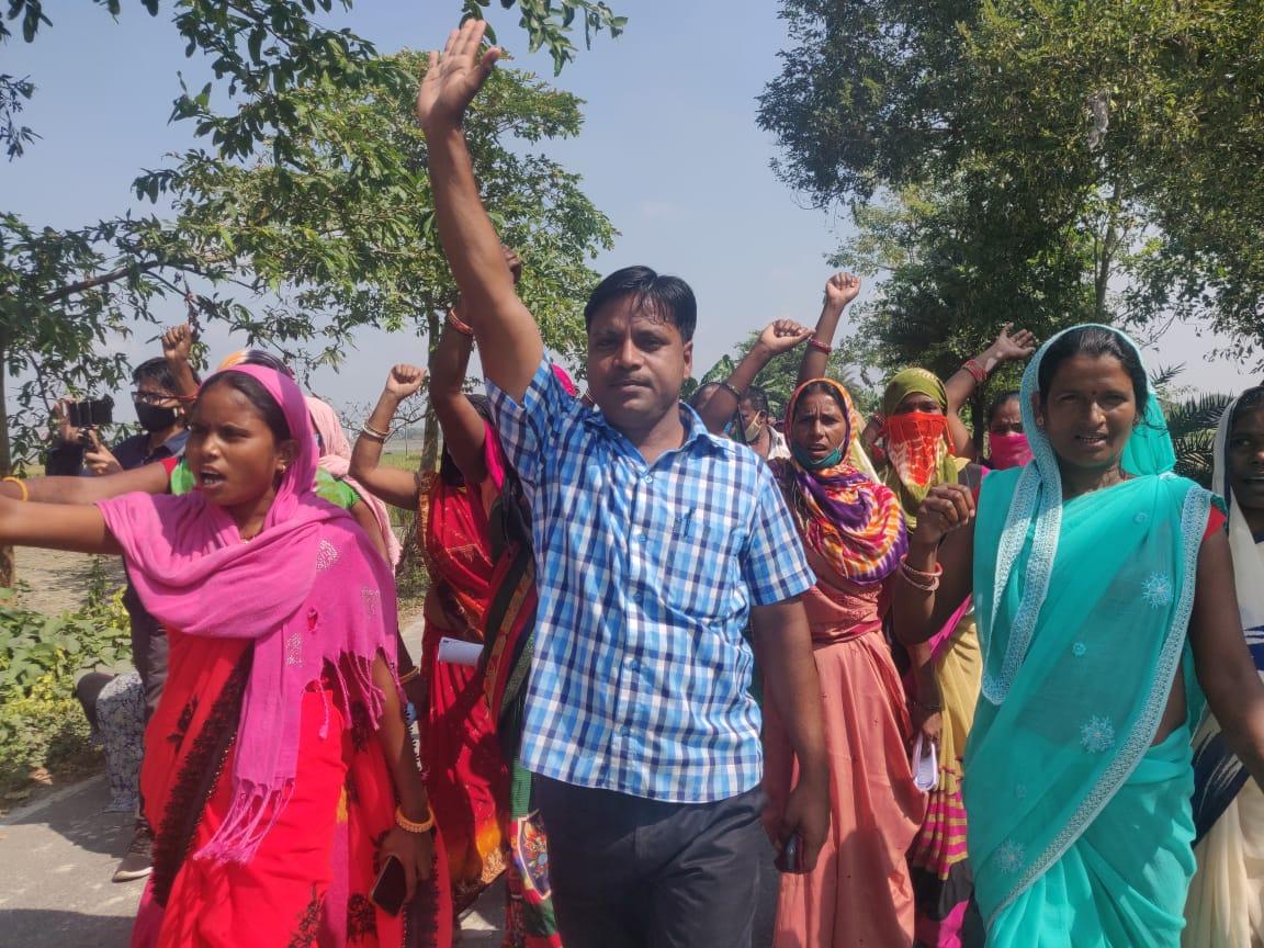 अपने विधानसभा क्षेत्र में प्रचार करते संजय साहनी. (सभी फोटो: उमेश कुमार राय)