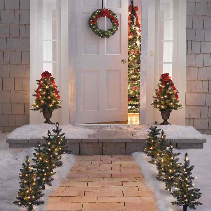 simple-entrance-decoration-for-christmas-with-natural-tree-and-beautiful-yellow-lighting-exterior-front-entrance-decorating-ideas-1024x1024.jpg