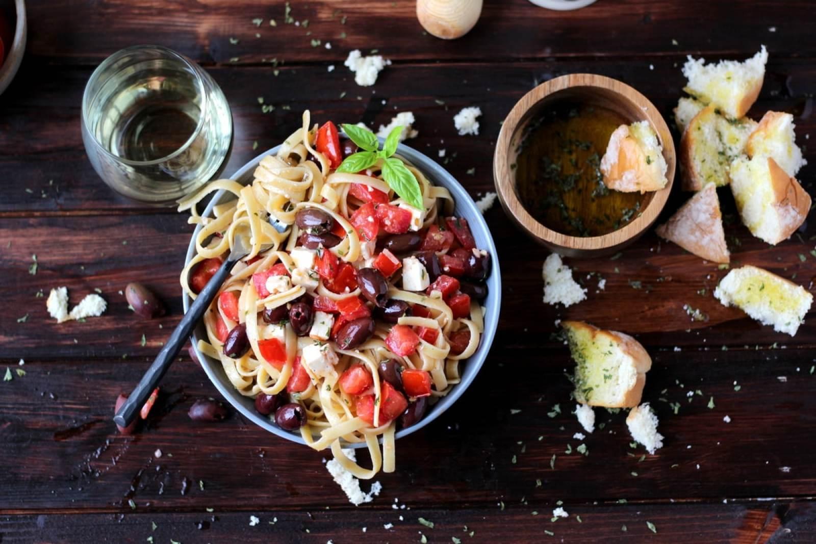 Warm Greek Pasta - thewoodenskillet.com #meatless #vegetarian #dinner
