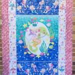 Mermaid Wishes quilt top con telas con purpurina de Northcott