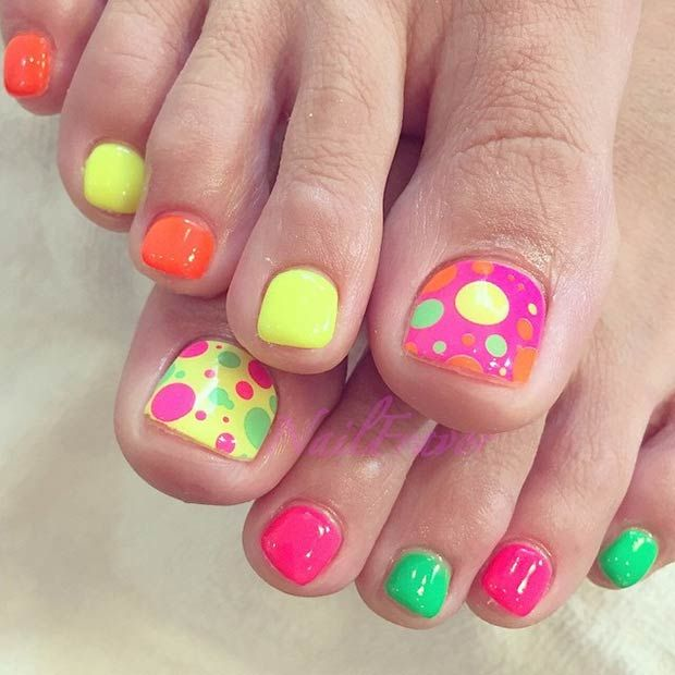 Colorful polka dots toe nails