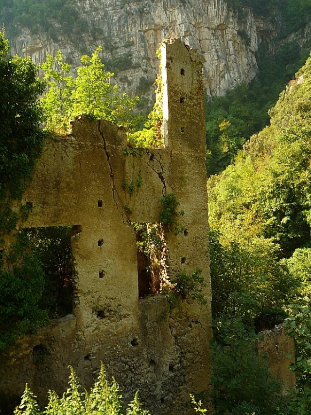Ruins of an old mill on the hike from Amalfi to Ravello