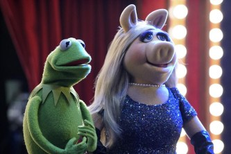 "THE MUPPETS - ""Pig Girls Don't Cry (Pilot)"" - Miss Piggy is furious that Kermit booked Elizabeth Banks as a guest on her late night talk show Up Late with Miss Piggy, Fozzie Bear meets his girlfriend's parents, and Grammy Award-winning rock band Imagine Dragons performs their new single ""Roots,"" on the season premiere of ""The Muppets,"" TUESDAY SEPTEMBER 22 (8:00-8:30 p.m., ET) on the ABC Television Network. (ABC/Eric McCandless) KERMIT THE FROG, MISS PIGGY"