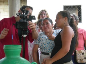 Friends from El Mozote check out the filming