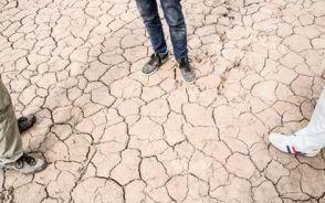 Blick nach unten auf einen sehr trockenen Boden
