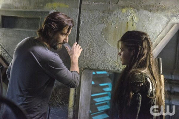"""The 100 -- """"Hakeldama"""" -- Image HU305b_0249 -- Pictured (L-R): Henry Ian Cusick as Kane and Marie Avgeropoulos as Octavia -- Credit: Cate Cameron/The CW -- © 2016 The CW Network, LLC. All Rights Reserved"""