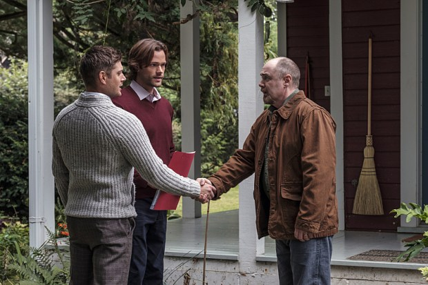 """Supernatural -- """"American Nightmare"""" -- SN1204a_0059.jpg -- Pictured (L-R): Jensen Ackles as Dean, Jared Padalecki as Sam and William MacDonald as Abraham Peterson -- Photo: Robert Falconer/The CW -- © 2016 The CW Network, LLC. All Rights Reserved"""
