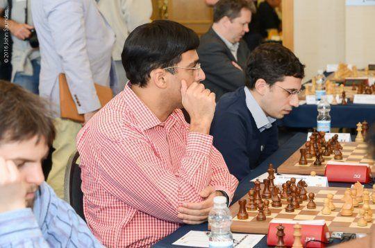El pentacampeón del mundo Viswanathan Anand, al inicio de la partida que perdió en Gibraltar este lunes ante el húngaro Benjamin Gledura John Saunders