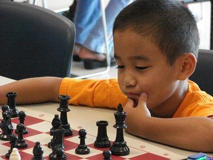 Niño jugando al ajedrez
