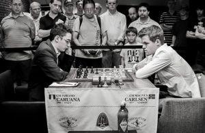 caruana jugando al ajedrez contra carlsen