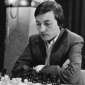 Karpov jugando al ajedrez con negras