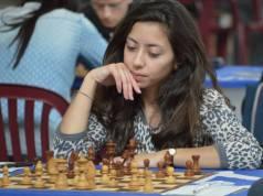 Damaris Abarca González jugando al ajedrez