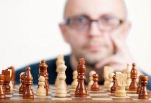 jugador de ajedrez con la mano en la cara