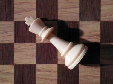 tablero de ajedrez con rey blanco