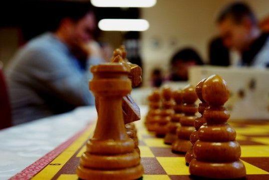 jugadores de ajedrez entrenando con relojes de ajedrez