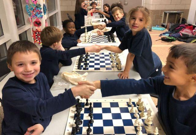 Tablas en ajedrez dándose la mano