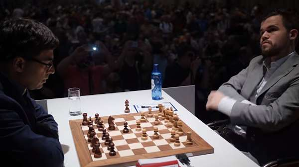 Magnus Carlsen pensando