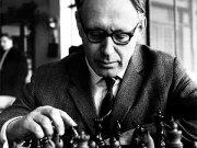 Botvínnik frente a un tablero de ajedrez