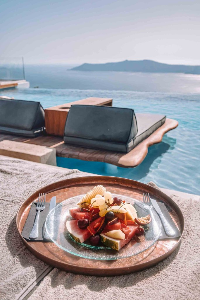 Cavo Tagoo Santorin - Assiette de Fruits piscine et vue mer