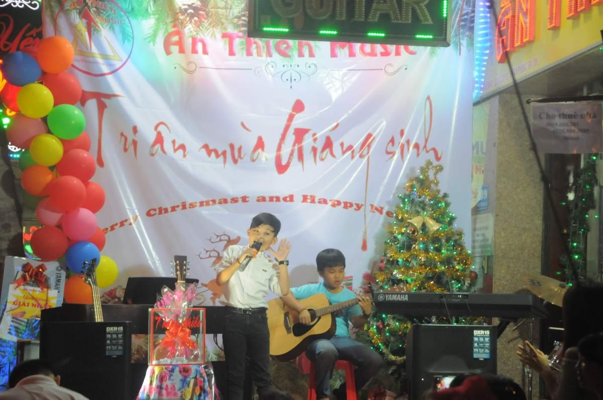 hát và đàn guitar
