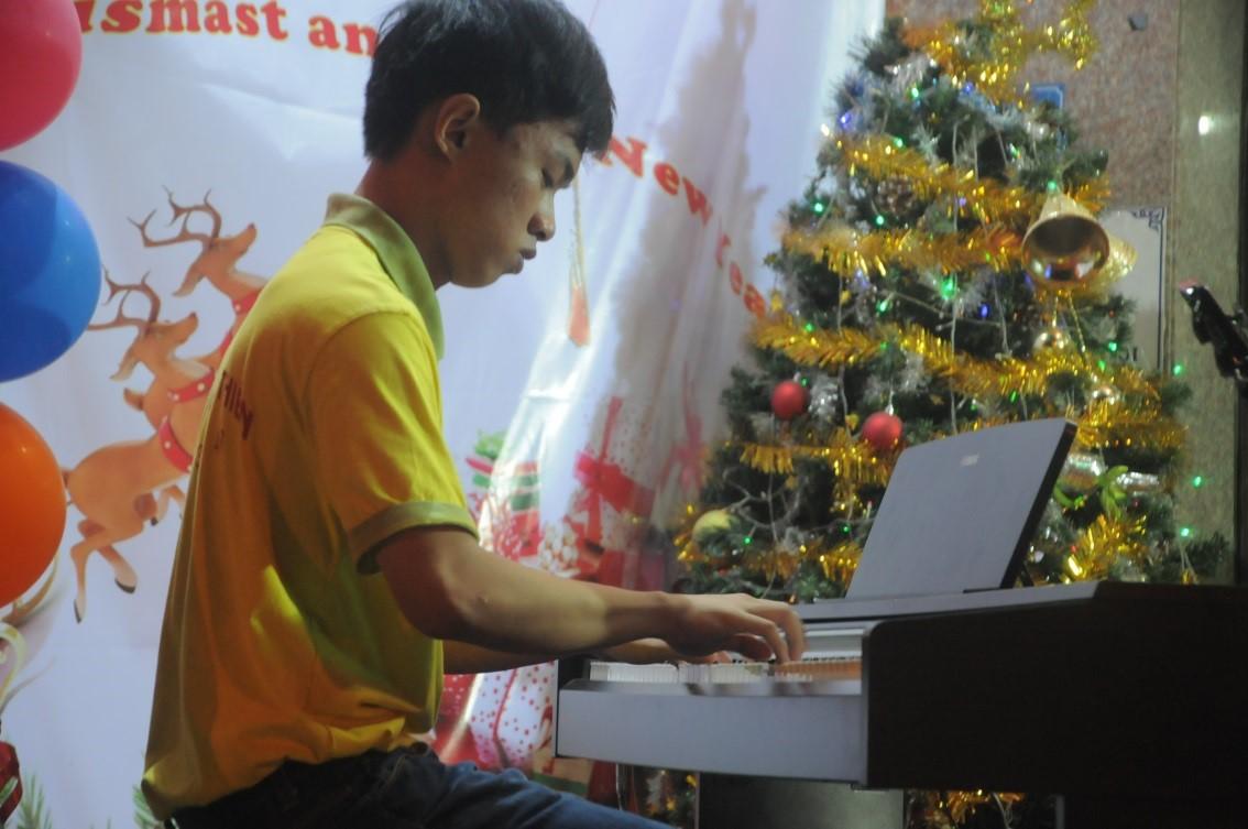 học viên biểu diễn sau khi kết thúc khóa học đàn piano ở biên hòa
