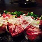 沖縄の美栄橋駅近くの「飾菜美酒~芯酔屋〜」の牛のタタキ寿司が美味くて最高でした!!