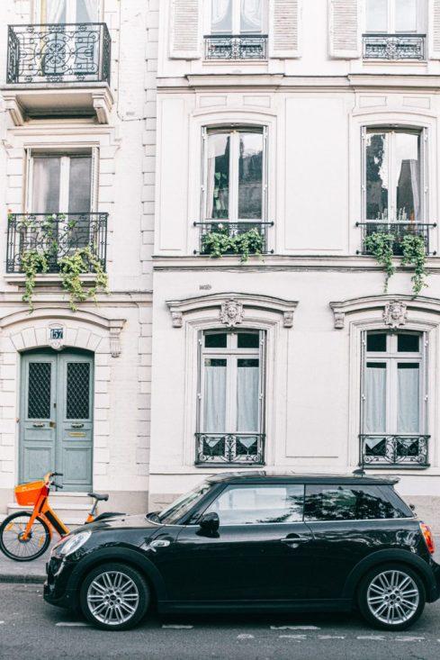 auto en fiets voor huis geparkeerd