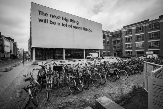 """tekst op gevel geschreven: """"The next big thing will be al lot of small things"""""""