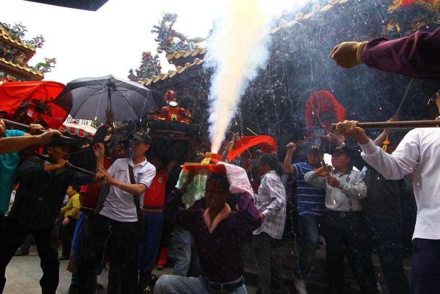 高雄地區進香團部分伴隨請火儀式。(黃偉強攝影提供)