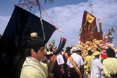 西港香送王道士持「押江旗」在船尾押船。(謝宗榮攝影)