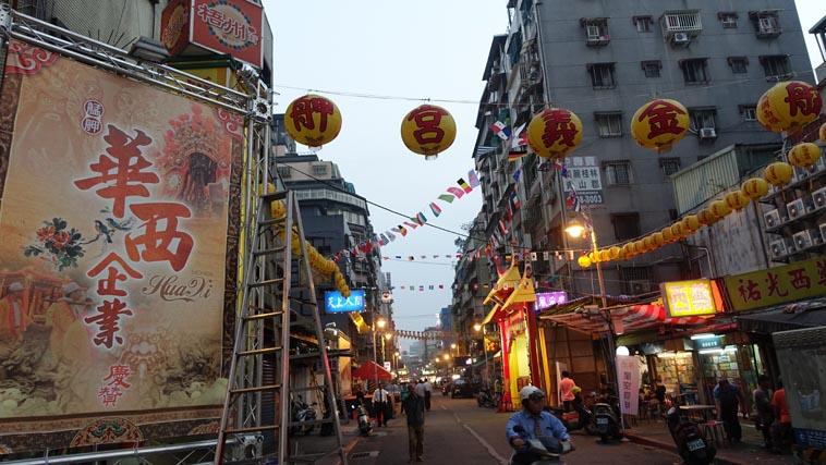 華西街搭設的宣傳海報及紅壇(江怡葳攝)
